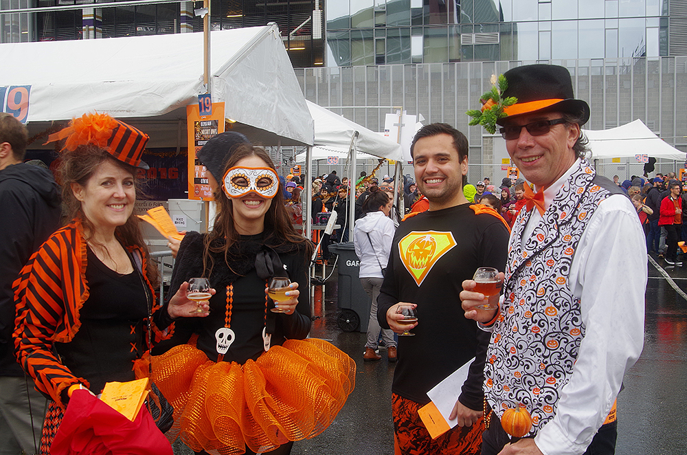 elysian-brewing-great-pumpkin-beer-festival-friends