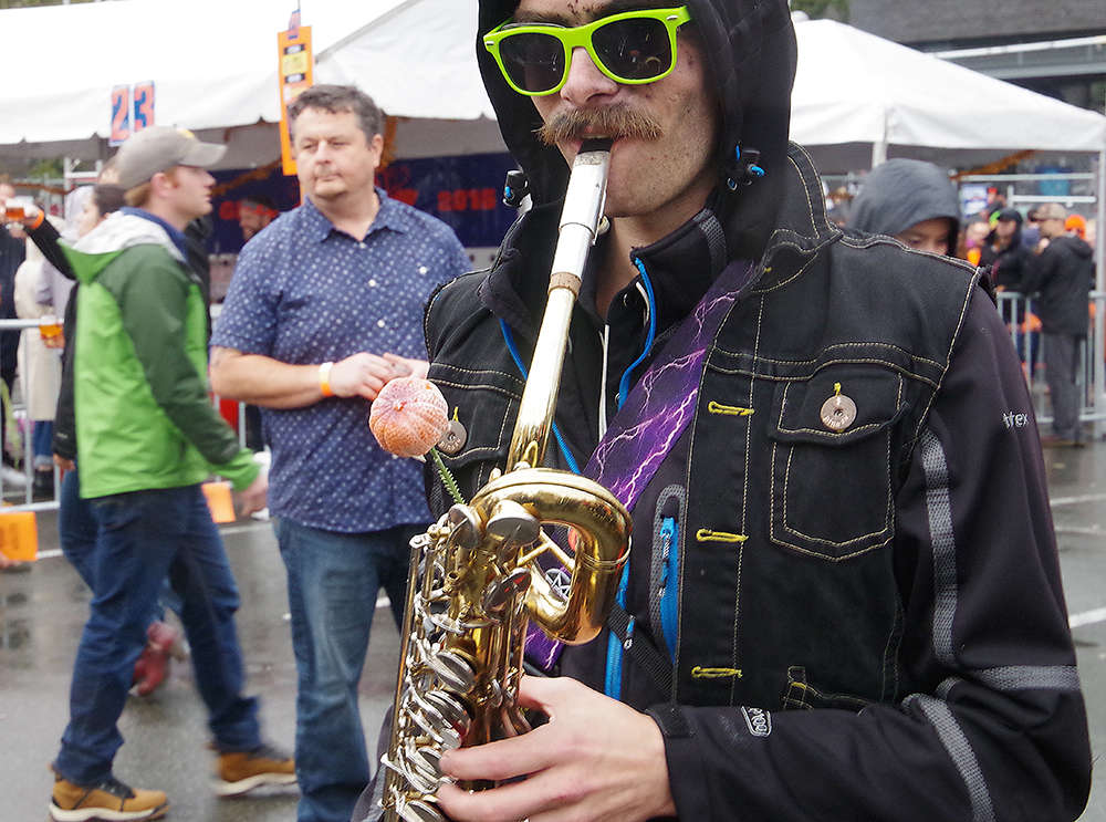 elysian-brewing-great-pumpkin-beer-festival-saxophone