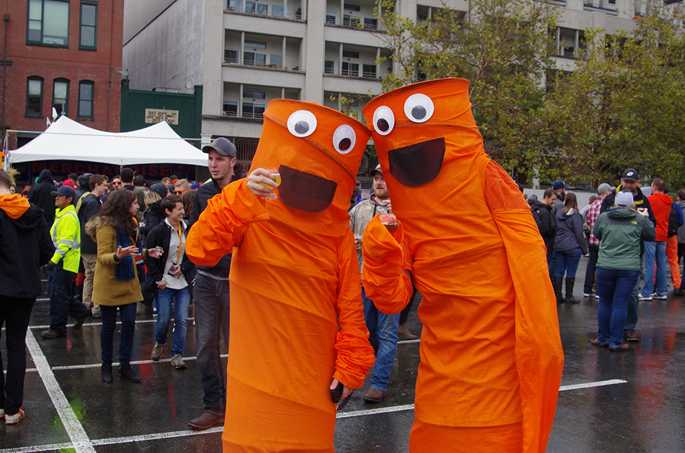 elysian-brewing-great-pumpkin-beer-festival-tube-people